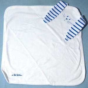 Lapin PETIT BATEAU doudou carré plat blanc et bleu