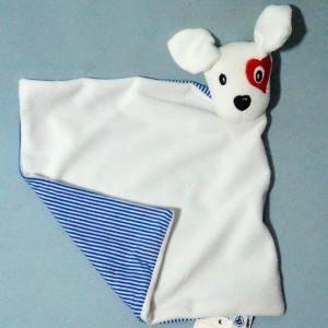 chien PETIT BATEAU doudou carré plat blanc