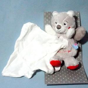 Ecureuil SUCRE D'ORGE doudou Cajou gris et rouge mouchoir blanc