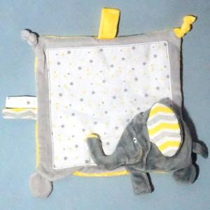 éléphant Barnabé KINOUSSES doudou carré plat gris, blanc et jaune