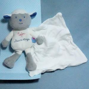 Mouton SUCRE D'ORGE doudou cajou mouchoir blanc